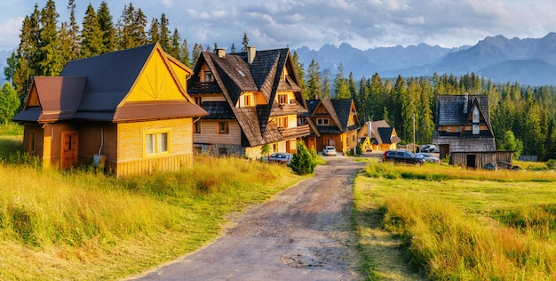 Maison en bois traditionnelle dans les montagnes sur un champ vert montagnes, pologne