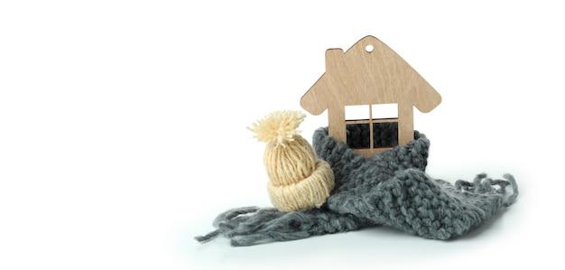 Maison en bois avec des vêtements tricotés isolés sur fond blanc..