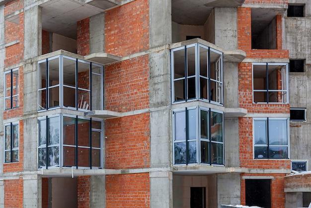 Maison de brique d'une brique rouge, construction de zone de construction de bâtiments résidentiels à plusieurs étages