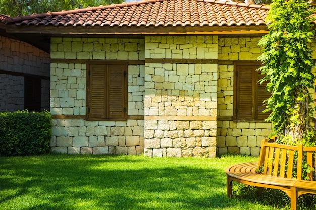 Maison de brique et jardin tropical