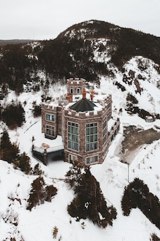 Maison brune et blanche sur un sol couvert de neige