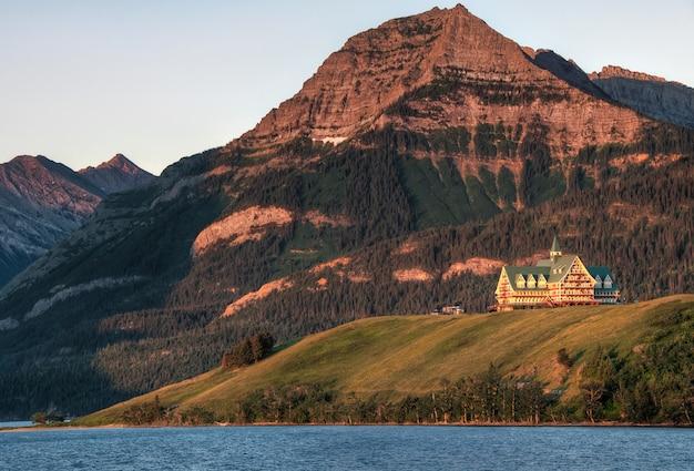 Maison brune et bleue près de la montagne