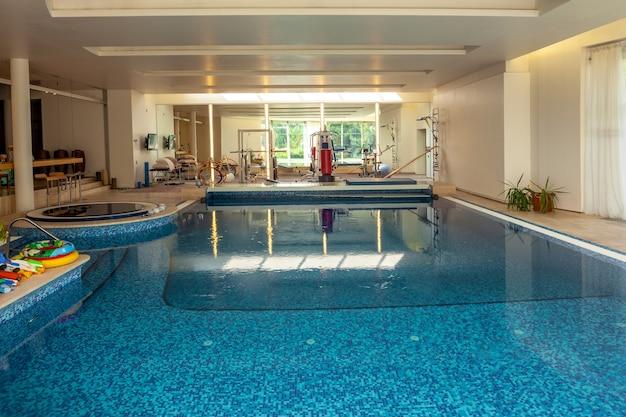 Maison de campagne confortable avec piscine intérieure combinée à une salle de formation