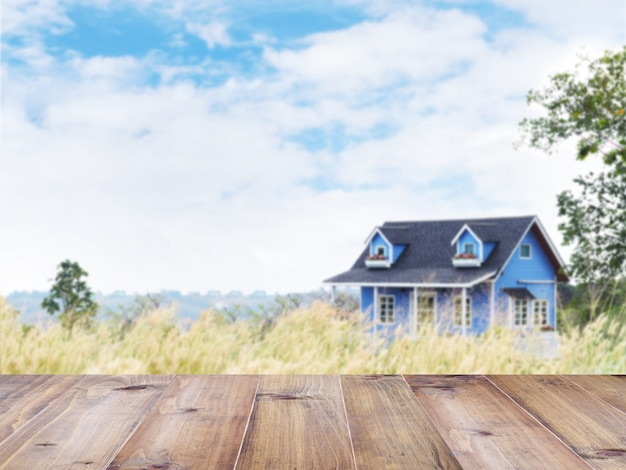 Maison de campagne d'été bleu dans le champ d'herbe sauvage
