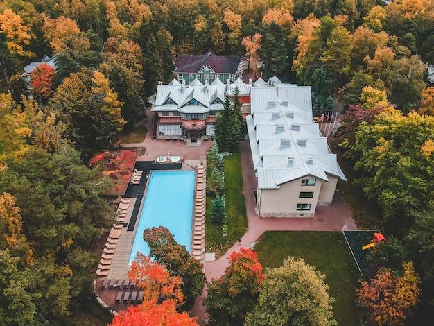 Maison de campagne de saint-pétersbourg avec piscine extérieure.