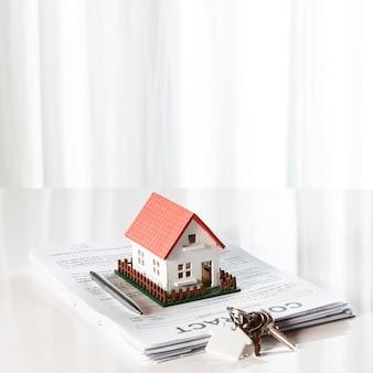Maison et clés sur les documents contractuels