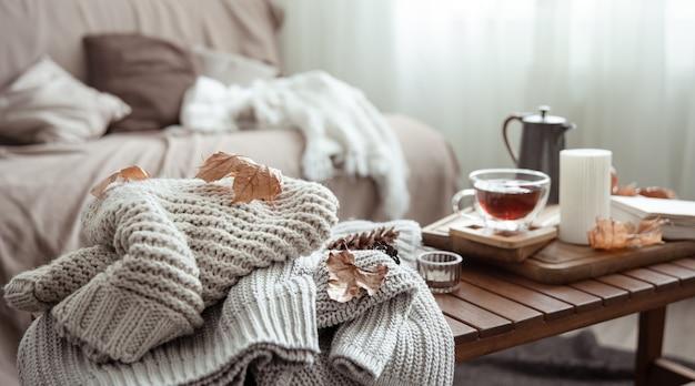 Maison confortable nature morte avec une tasse de thé et des détails de décoration d'automne.