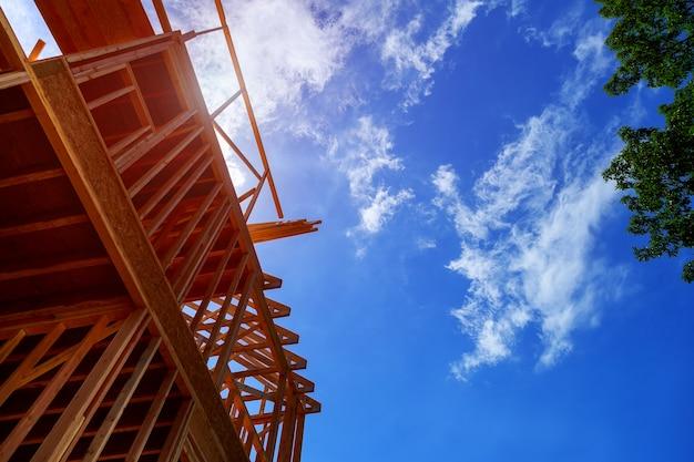 Maison en construction, l'encadrement commence. maison neuve en construction