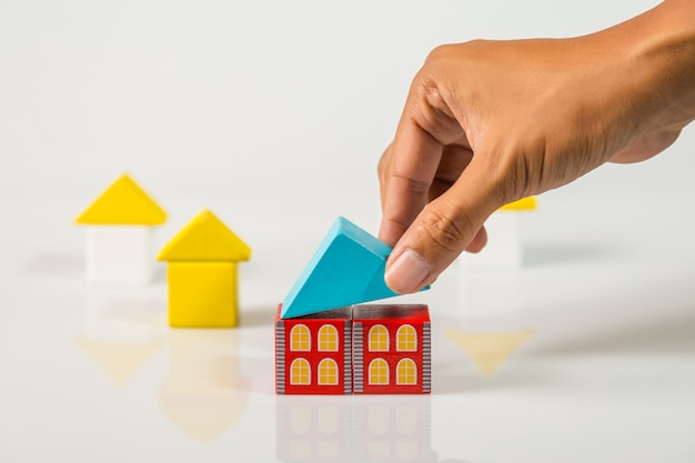 Maison de construction à la main (immobilier) avec des blocs de bois
