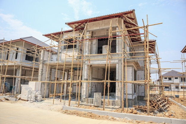 Maison en construction avec structure en blocs de béton cellulaire autoclavé sur chantier