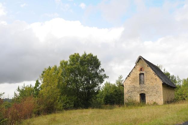 Maison dans un champ