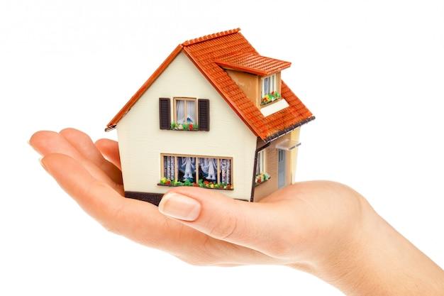 Maison dans des mains humaines
