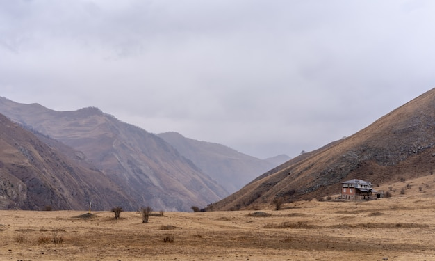 Maison dans les montagnes contre le ciel