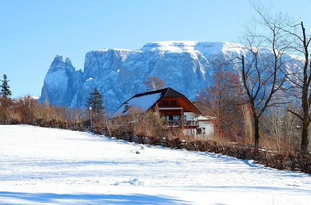 Maison dans les montagnes avec de la neige