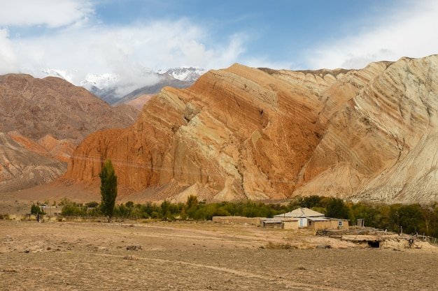 Maison dans les montagnes, rivière kokemeren, district de jumgal, kirghizistan
