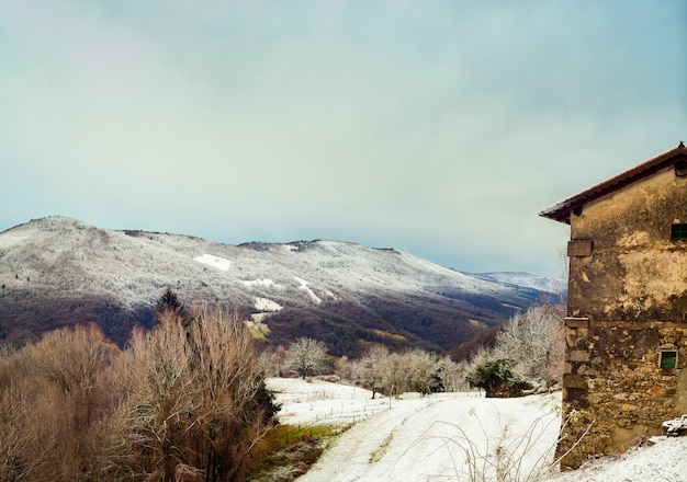 Maison dans les montagnes slovènes recouverte de neige