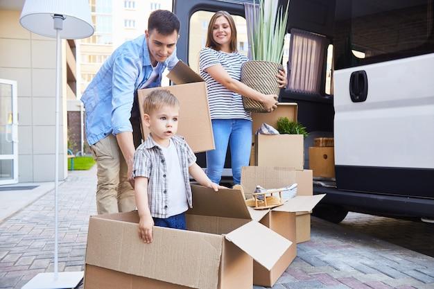 Maison de déménagement famille heureuse