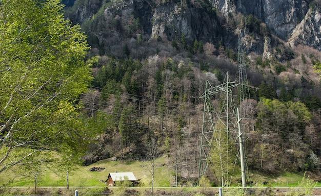 Maison entre forêt suisse.
