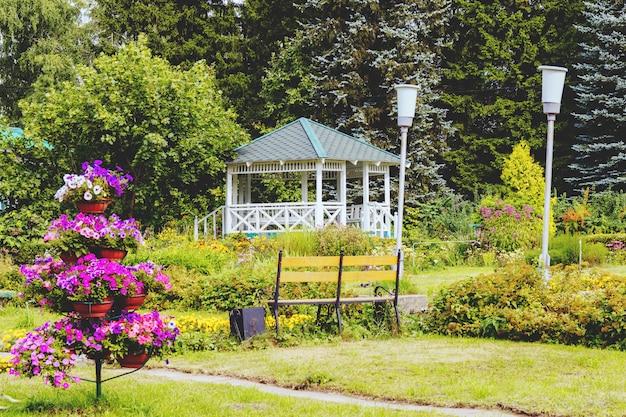 Maison d'été dans le jardin