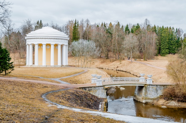 Maison d'été ronde avec colonnes dans le parc
