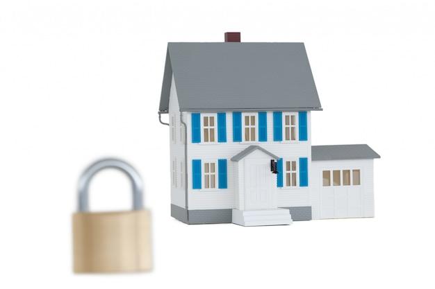 Maison fermée avec cadenas sur fond blanc