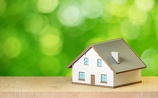 Maison sur fond vert flou.