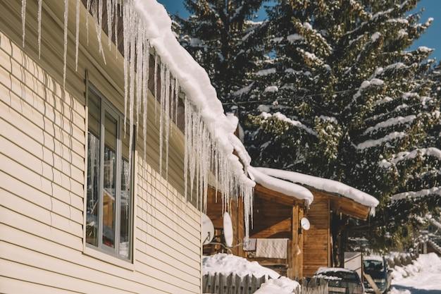 Maison gelée dans un village enneigé