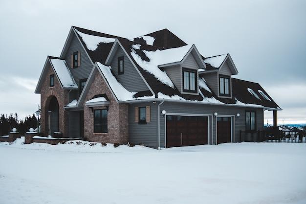 Maison grise avec garage