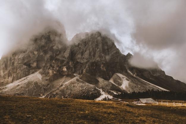 Maison grise sous le pied du volcan gris et blanc