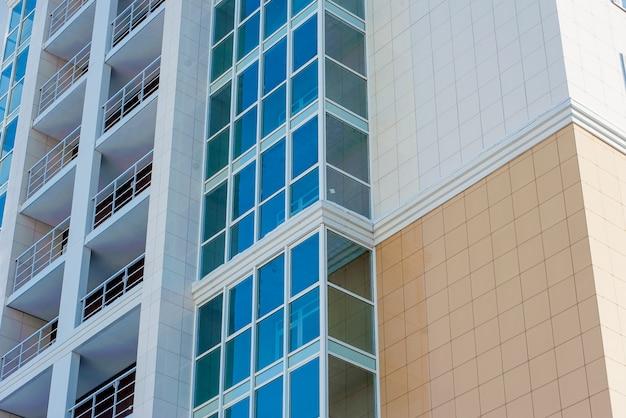 Maison d'habitation à plusieurs étages sur fond de ciel bleu