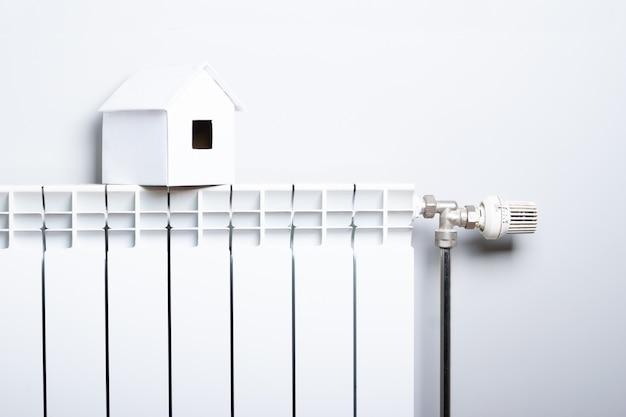 Maison en hiver - concept de système de radiateur et modèle de maison