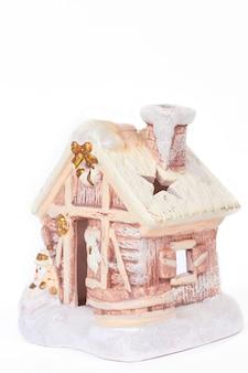 Maison d'hiver en pain d'épice avec bonhomme de neige.