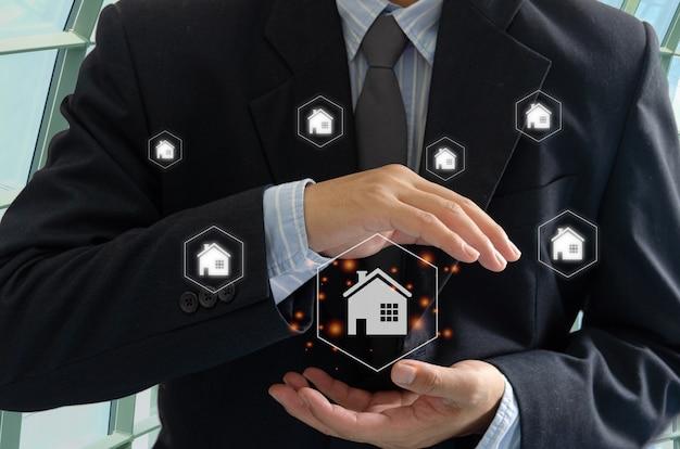 Maison d'homme d'affaires à portée de main hologramme d'écran virtuel. achat, vente et location de maisons ou d'un concept immobilier. assurance habitation ou immobilier
