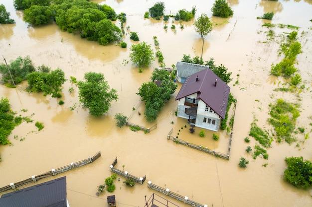 Maison inondée et arbres verts