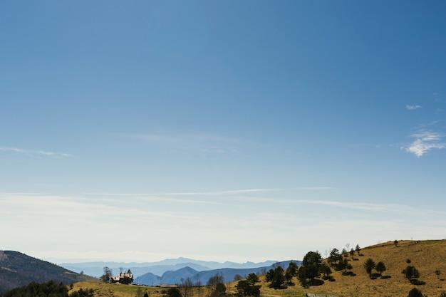 Maison isolée au sommet d'une colline dans les pyrénées catalanes.
