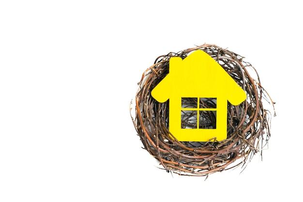 Maison jaune dans le nid isolé.vue de dessus