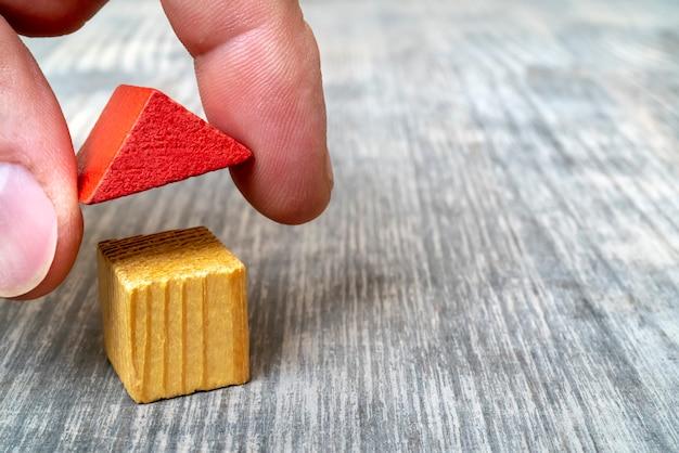 Maison de jouet en bois de toit rouge.