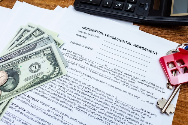 Maison, maison, propriété, contrat de location de bail immobilier avec pièces d'argent, clés.