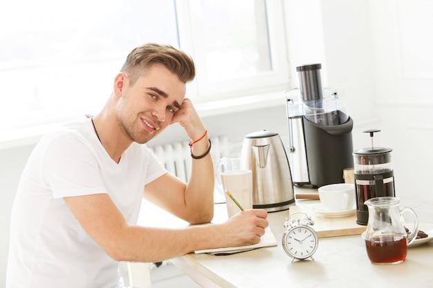 À la maison, le matin. homme à table