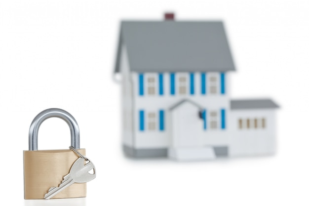 Maison miniature et cadenas ouvert