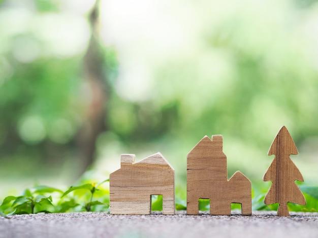 Maison miniature sur le terrain.