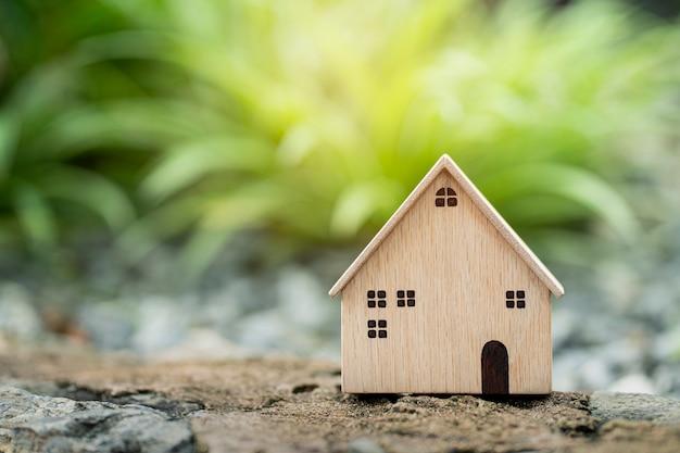 Maison modèle de plan rapproché sur la construction de fond d'herbe et l'investissement immobilier