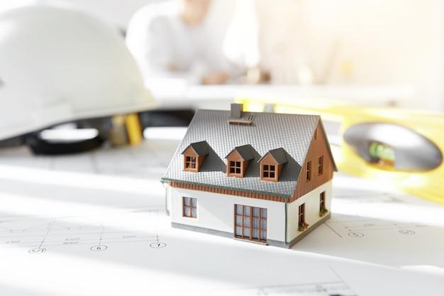 Maison modèle sur les plans de projet