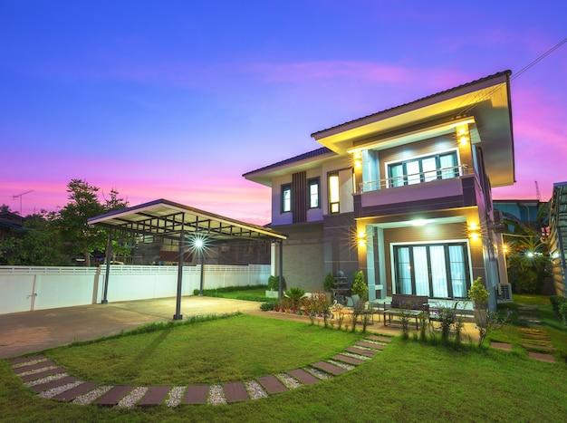 Maison moderne au crépuscule