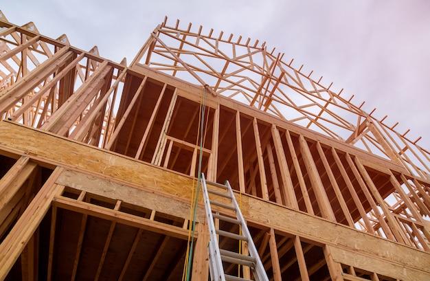 Maison neuve en construction avec charpente extérieure