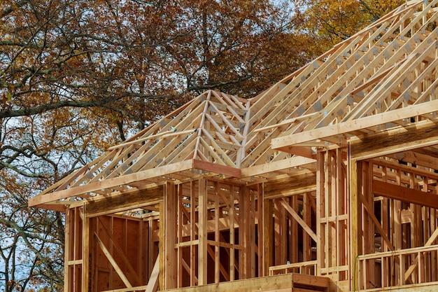 Maison neuve de construction résidentielle encadrant contre