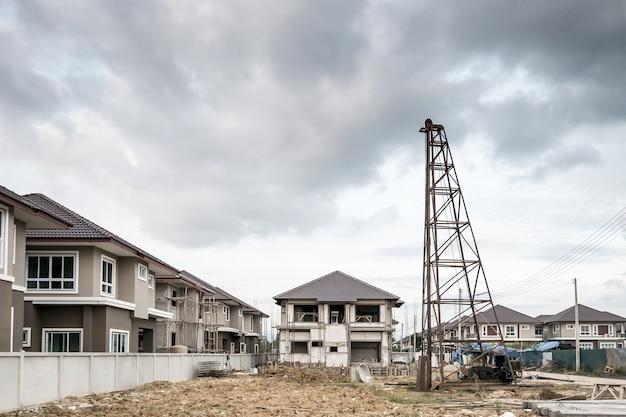 Maison neuve résidentielle au chantier de construction avec nuages et ciel bleu