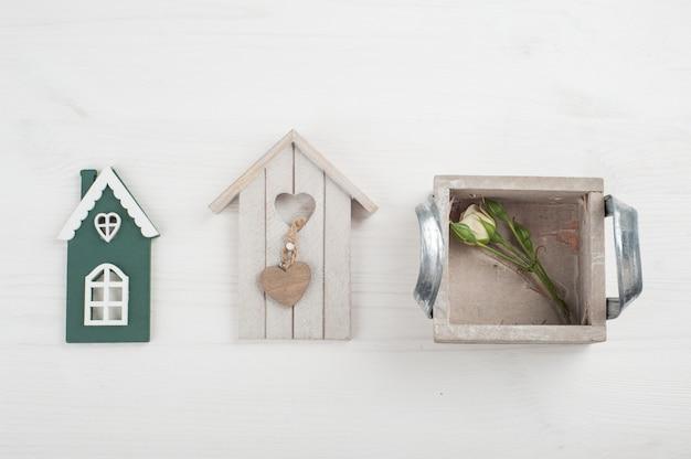 Maison d'oiseau en bois, rose sur blanc