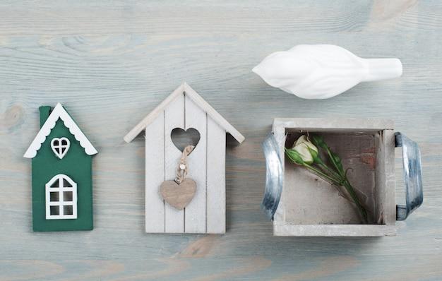 Maison d'oiseau en bois, rose sur bleu