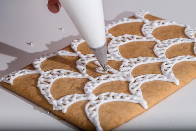 Maison en pain d'épice maison. fabrication de maison de pain d'épice de noël